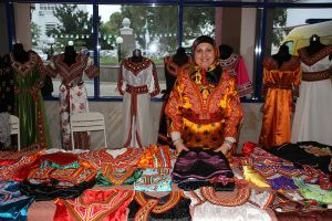 Formatrice Robes traditionnelles kabyles lors d'une exposition